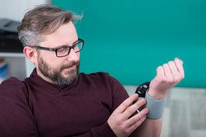 Mann-misst-Blutdruck
